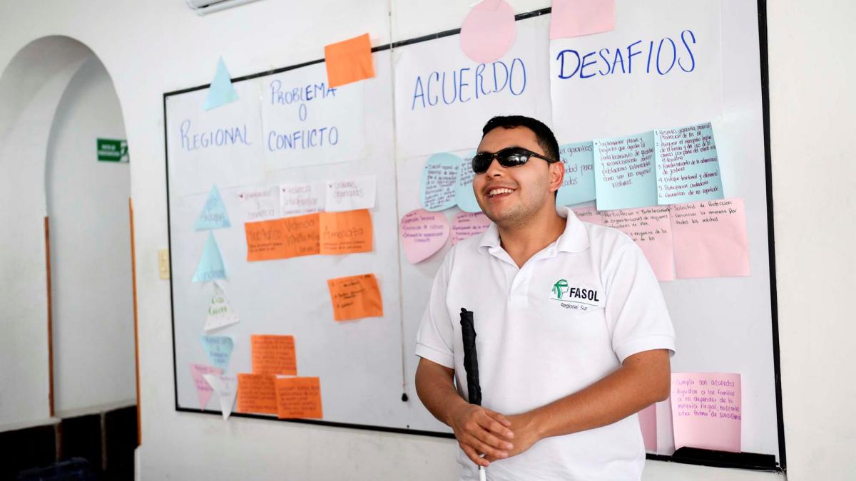 Esteban stellt Ergebnisse beim Nationalen Treffen der Begünstigten von FASOL am 19./20. November 2017, Bogota, Kolumbien, vor © Florian Kopp/MISEREOR