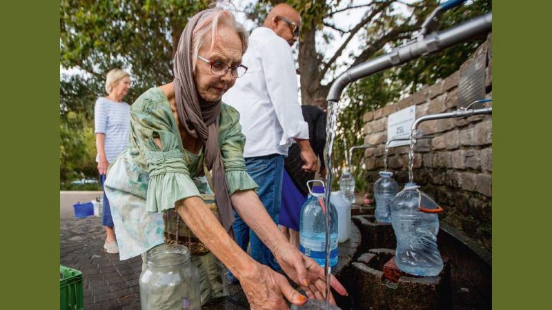 Anstehen für Trinkwasser: Der Wasserverbrauch hat sich in Newlands und in anderen Stadtteilen innerhalb eines Jahres halbiert. © Karin Schermbrucker / MISEREOR