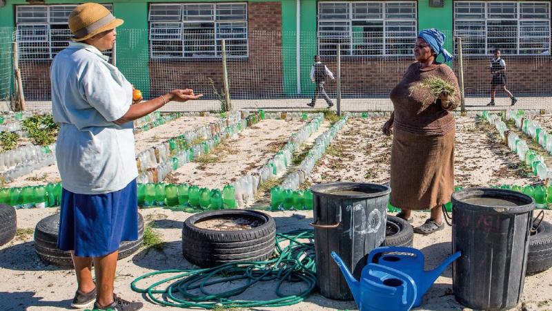 Tausende mit Grundwasser gefüllte alte Zwei-Liter- Flaschen sind die Notreserve, wenn am Tag Null das Wasser abgestellt wird. © Karin Schermbrucker / MISEREOR