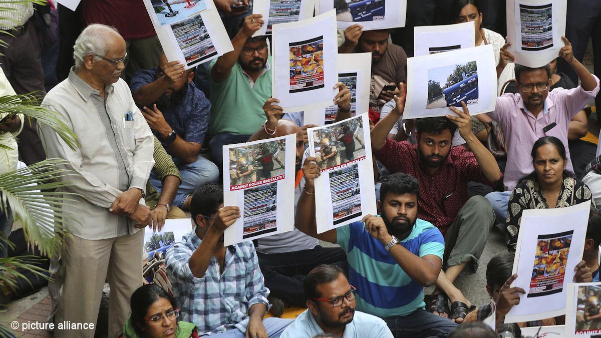 Massiver Protest gegen die gewaltsame Niederschlagung einer Demonstration gegen die Kupferhütte des britisch-indischen Konzerns Vedanta im Bundestaat Tamil Nadu, Indien. Dabei waren 13 Menschen getötet worden. Foto: Picture Alliance