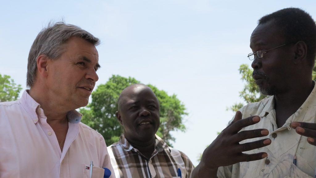 Uwe Bergmeier, Leiter der MISEREOR-Verbindungsstelle im Südsudan, im Gespräch mit unseren Projektpartnern vor Ort. © privat