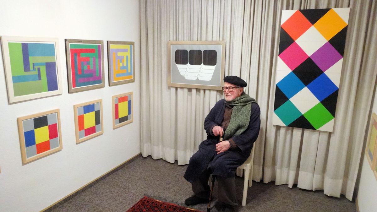 Dr. Manfred Erb vor einem Teil seiner Kunstsammlung © MISEREOR