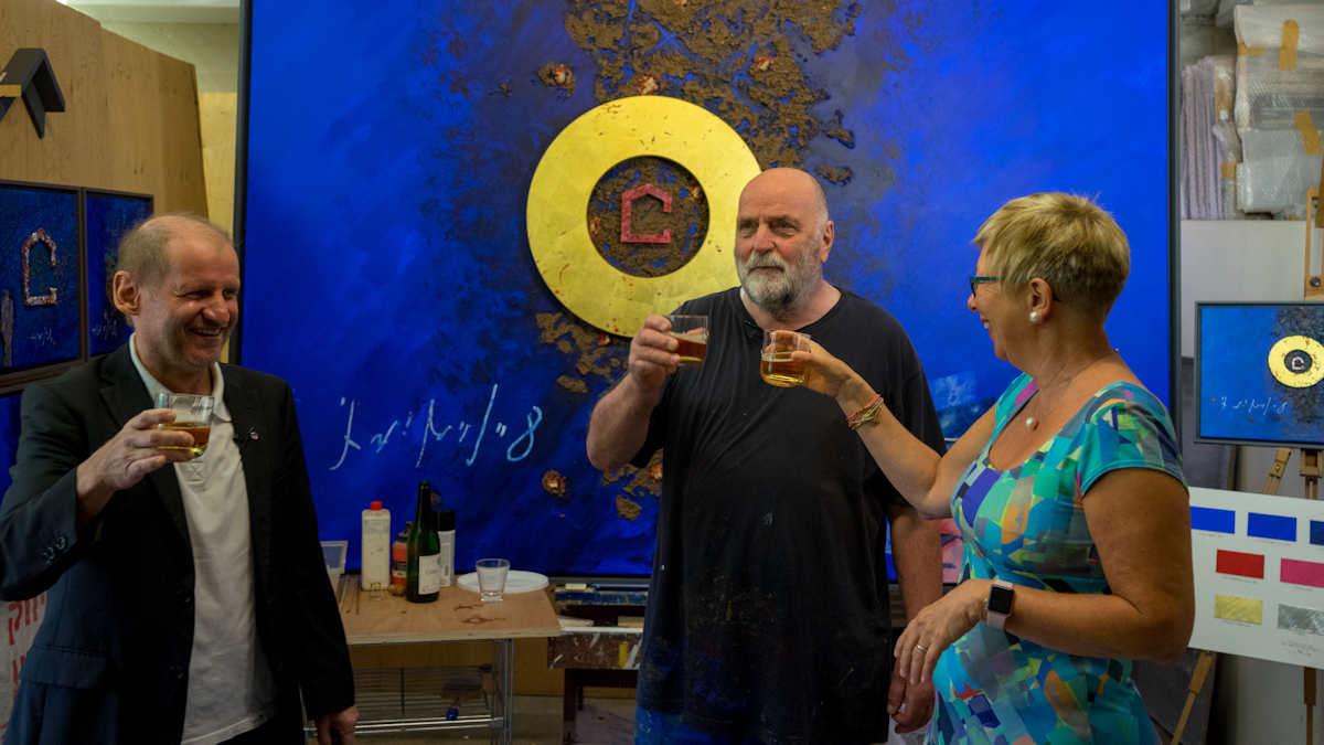 Im Atelier von Uwe Appold wird gefeiert: Das neue MISEREOR-Hungertuch ist fertig!