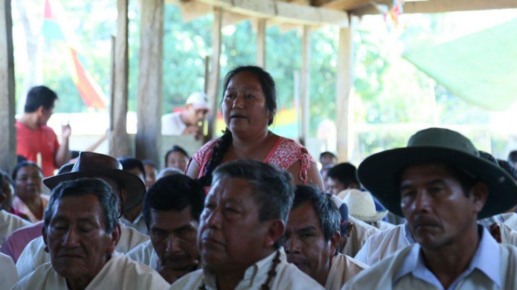"""Die Kommission des """"Internationalen Tribunals für die Rechte der Natur"""" gibt der betroffenen indigenen Bevölkerung die Möglichkeit, sich zum Bauvorhaben zu äußern. Foto: Coordinadora de Defensa de los Territorios"""