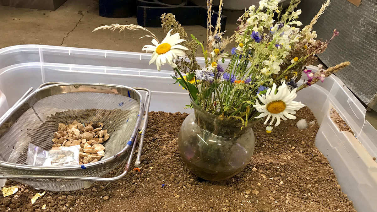 Im Tausch gegen den Blumenstrauß erbat sich eine Nachbarin von Uwe Appold etwas von der Erde aus dem Garten Gethsemane.