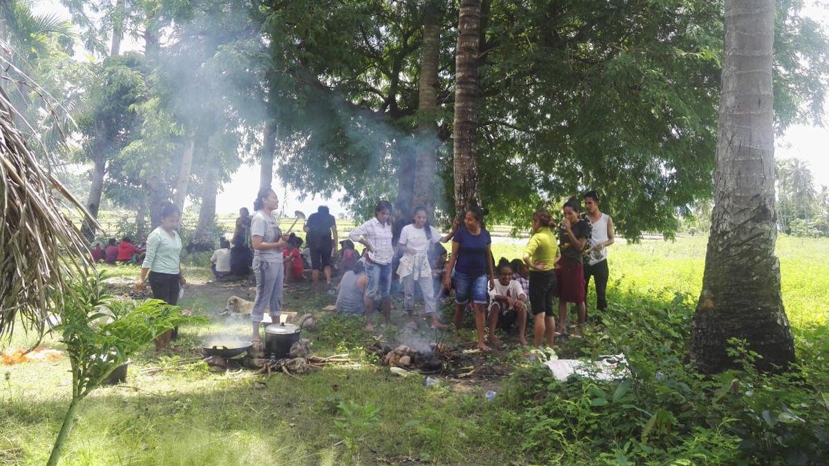 Die Pausen und spaßigen Unterhaltungen müssen auch sein.Hier seht ihr einige Schüler, Lehrer und die traditionellen Kochstellen.  Zum Mittagessen gab es später natürlich Reis und dazu Kürbis. Sehr lecker.