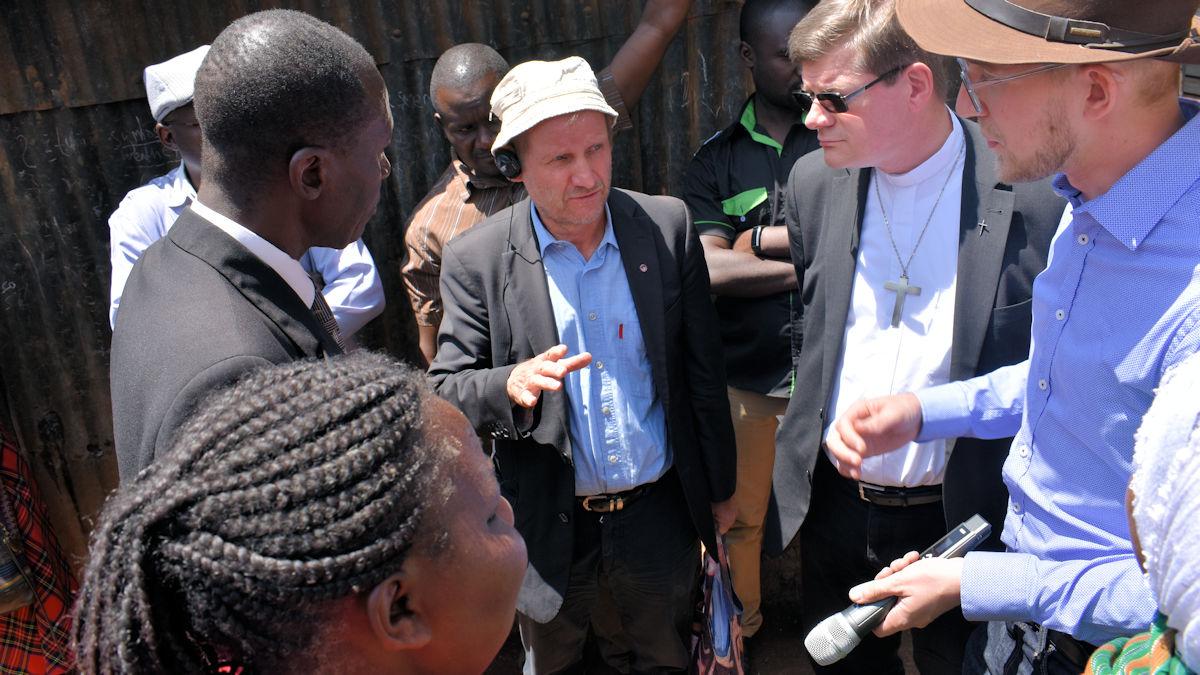 MISEREOR-Hauptgeschäftsführer Pirmin Spiegel und Erzbischof Stephan Burger sprechen mit MISEREOR-Partnerorganisationen.