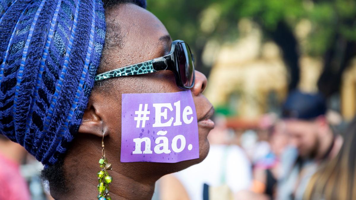 Demonstrantin in Porto Alegre mit dem Hashtag der Mobilisierung #EleNao. © Caco Argemi CPERS / Sindicato