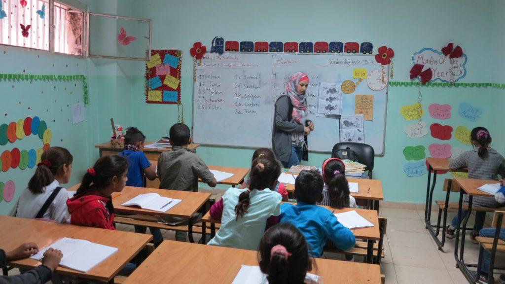 Drei Schulen betreibt der MISEREOR-Partner, die in der Stadt Baalbek verteilt sind – eine für den Vor- und Primarschulbereich und zwei für die Klassen drei bis acht.