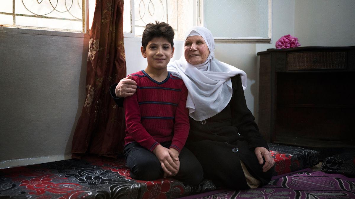 Zaid und seine geliebte Großmutter. Sie will mit 78 Jahren einen Neuanfang in ihrer alten Heimat wagen. Foto: Greven/MISEREOR.