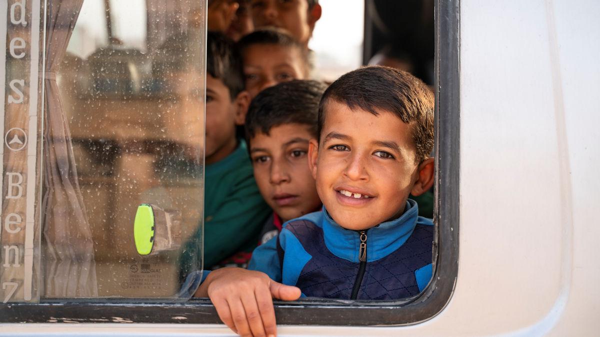 Jeden Tag bringen die Schulbusse von JRS die Kinder in die Schule und wieder zurück und die Zeltcamps. Foto: Greven/MISEREOR.