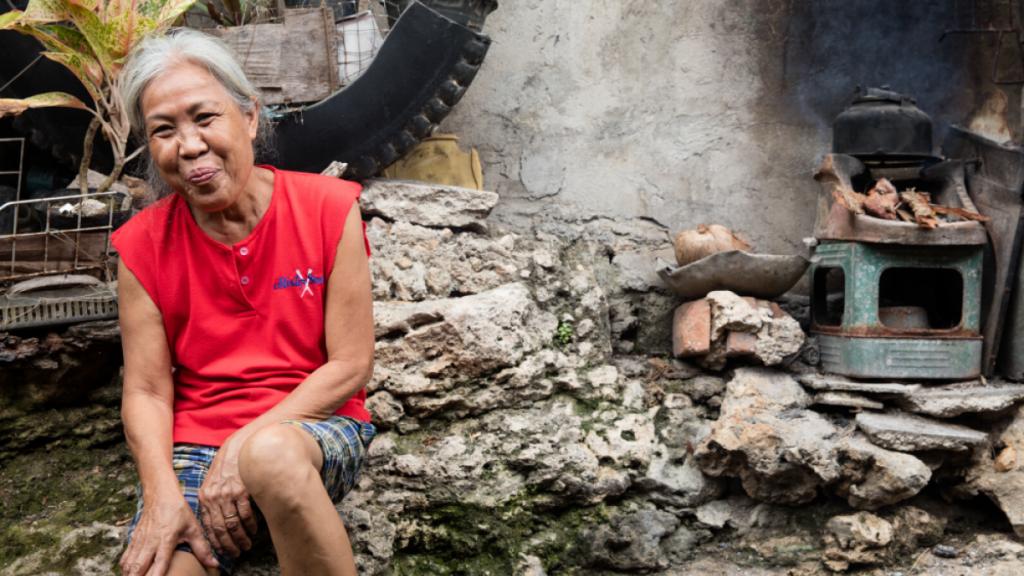 Bewohnerin einer informellen Siedlung im Seaside Neighbourhood in Tagbilaran,Philippinen. Die Menschen, die hier unmittelbar am Wasser leben, sind arm und den Folgen des Klimaewandels ungeschützt ausgesetzt. © Harms | MISEREOR