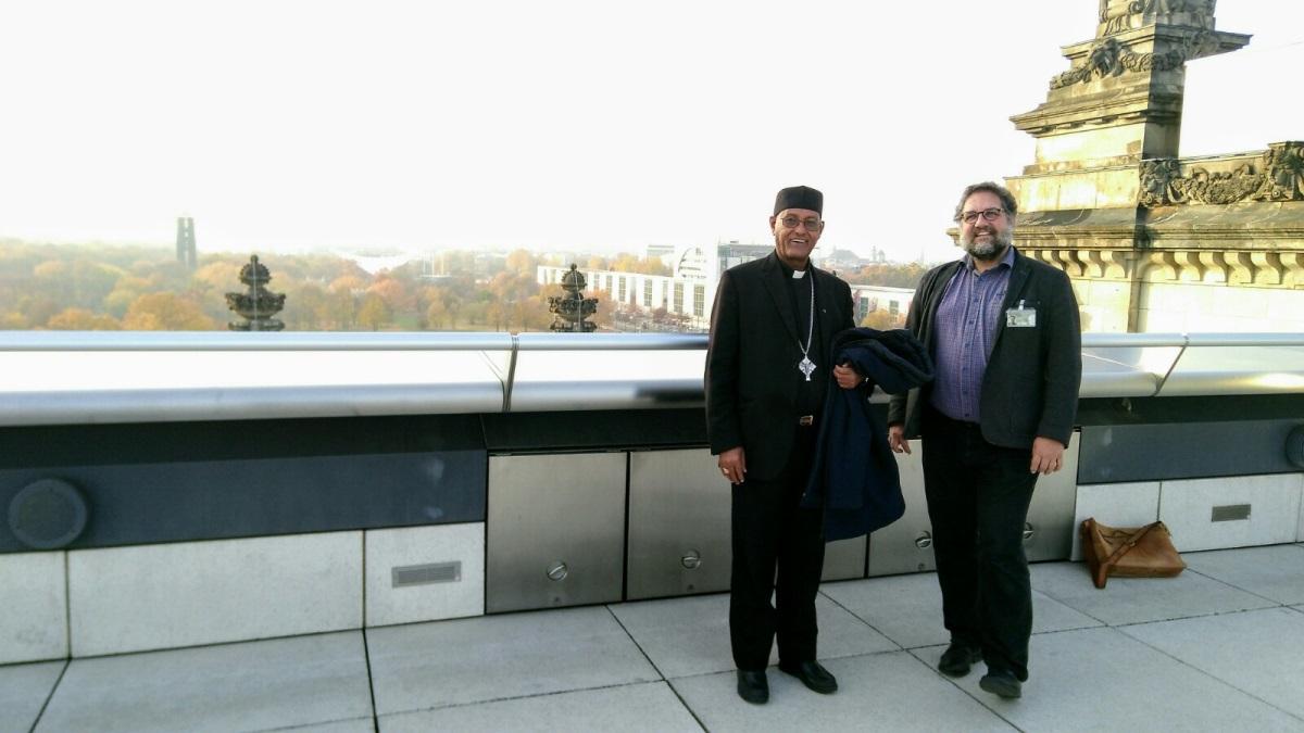 Bischof Tesfaselassie Medhin mit Afrika-Abteilungsleiter Peter Meiwald auf dem Dach des Bundestages in Berlin © Riehl I MISEREOR