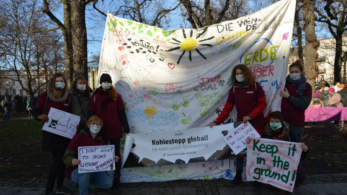 Plakate und Banner auf der COP24
