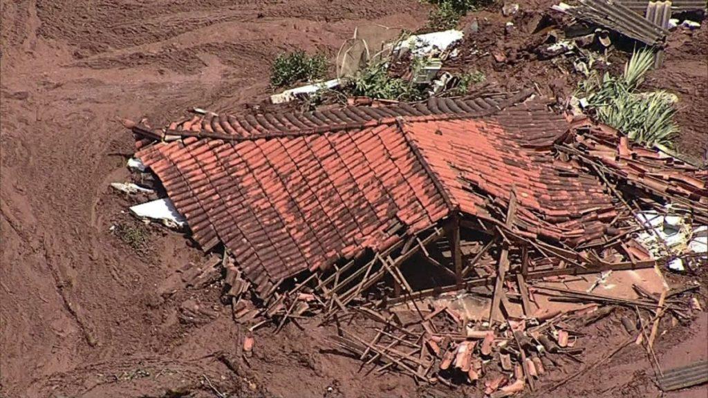 """Am 25. Januar 2019 brach in der Nähe der brasilianischen Kleinstadt Brumadinho in der Region Minas Gerais der Damm eines Rückhaltebeckens für Minenschlämme. Die Eisenerzmine """"Corrego do Feijão"""" befindet sich im Besitz des brasilianischen Bergbaukonzerns Vale. Der Dammbruch hat nach bisherigem Stand 60 Menschenleben gefordert, mehr als 290 Menschen werden noch vermisst. Die Chancen, dass sie lebend geborgen werden, schwinden mit jedem Tag. © MAB"""