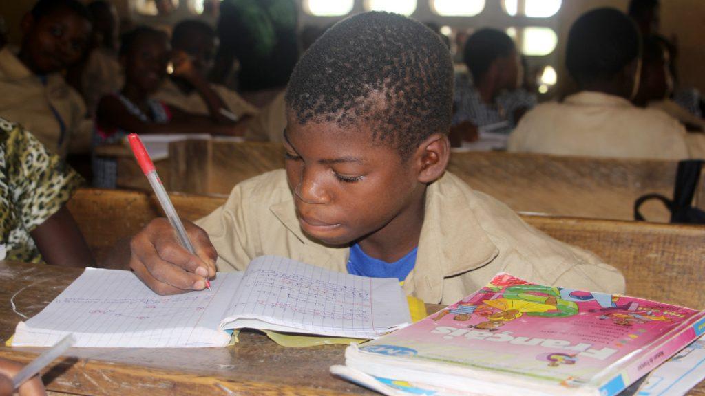 Die Bio-Kakaokooperative ermöglicht den Kindern der Kakaobauern einen unbeschwerten Alltag mit Schulbesuch. Davon profitiert auch Daniel. Er lernt fleißig. © INADES/MISEREOR.