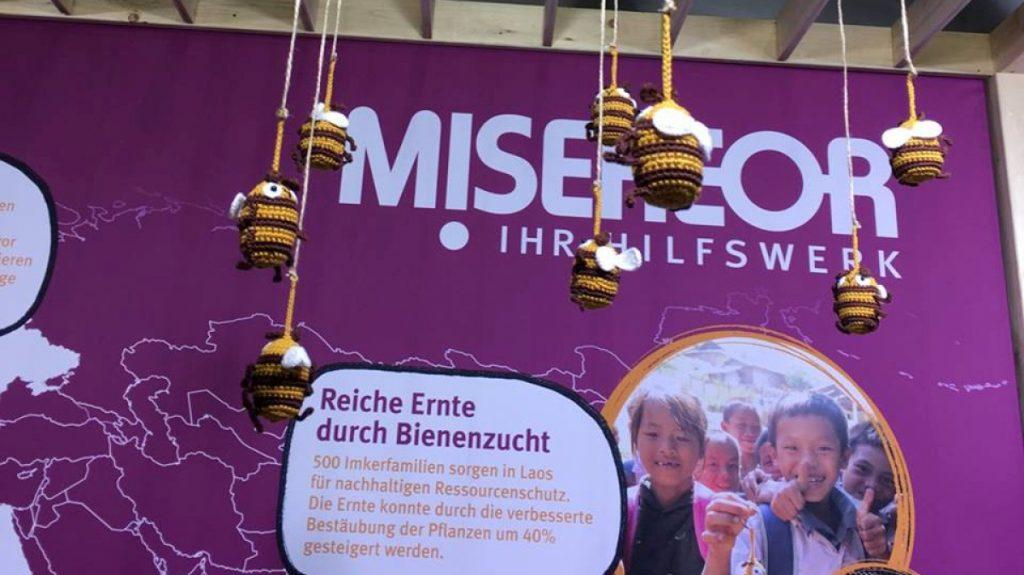 Faire Häkelbienen am MISEREOR-Stand auf der Internationalen Grünen Woche in Berlin © Supplieth/MISEREOR