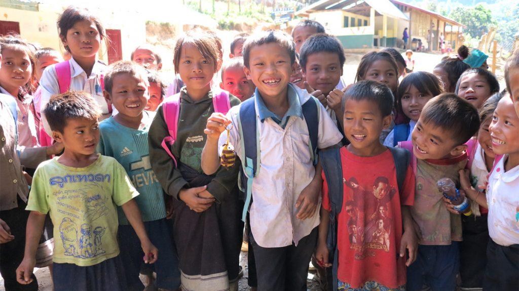 Auch die Schulkinder aus dem MISEREOR-Projekt in Laos freuen sich über die faire Häkelbiene © Rupp/MISEREOR