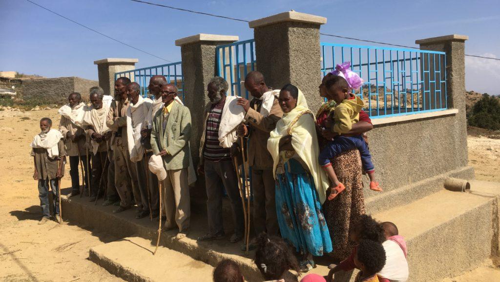 Dorfbevölkerung vor ihrer Wasserversorgungsstelle. © Peter Meiwald | MISEREOR