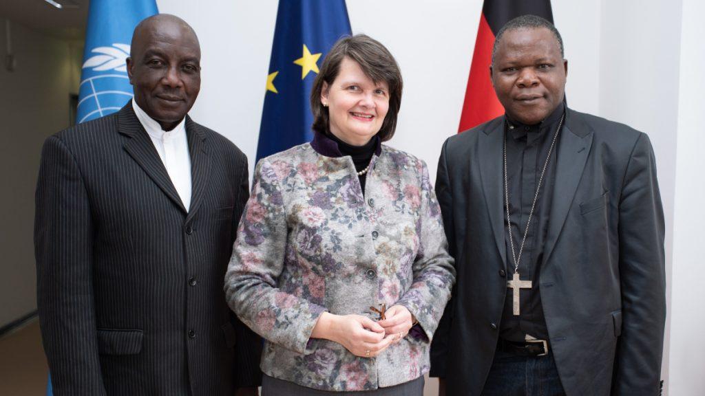 Pastor Philippe Sing-Na, Maria Flachsbarth (Parlamentarische Staatssekretärin im Bundesministerium für wirtschaftliche Zusammenarbeit und Entwicklung) und Kardinal Dieudonné Nzapalainga. © HOUSE OF ONE