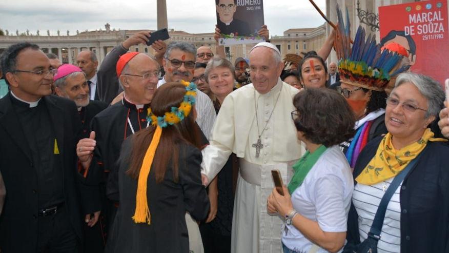 Der Papst während der Prozession aus dem Petersdom hin zum Tagungsort der Synodalen