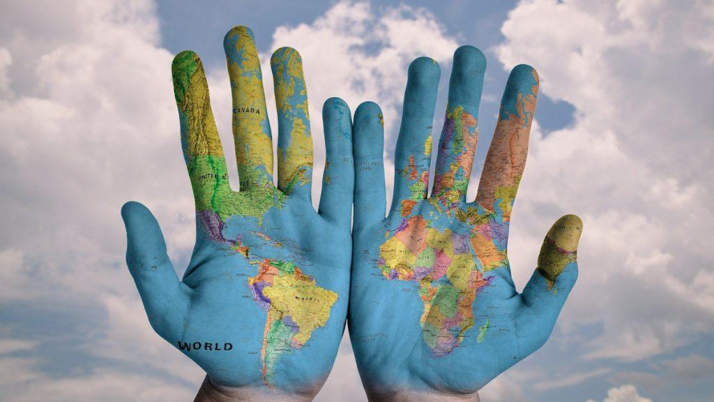 Die Welt in unseren Händen: Ein Umsteuern in der Klimakrise ist nicht einfach und einige Negativtrends stehen dem entgegen; doch durch unser aktives Verhalten können wir eine Veränderung herbeiführen.