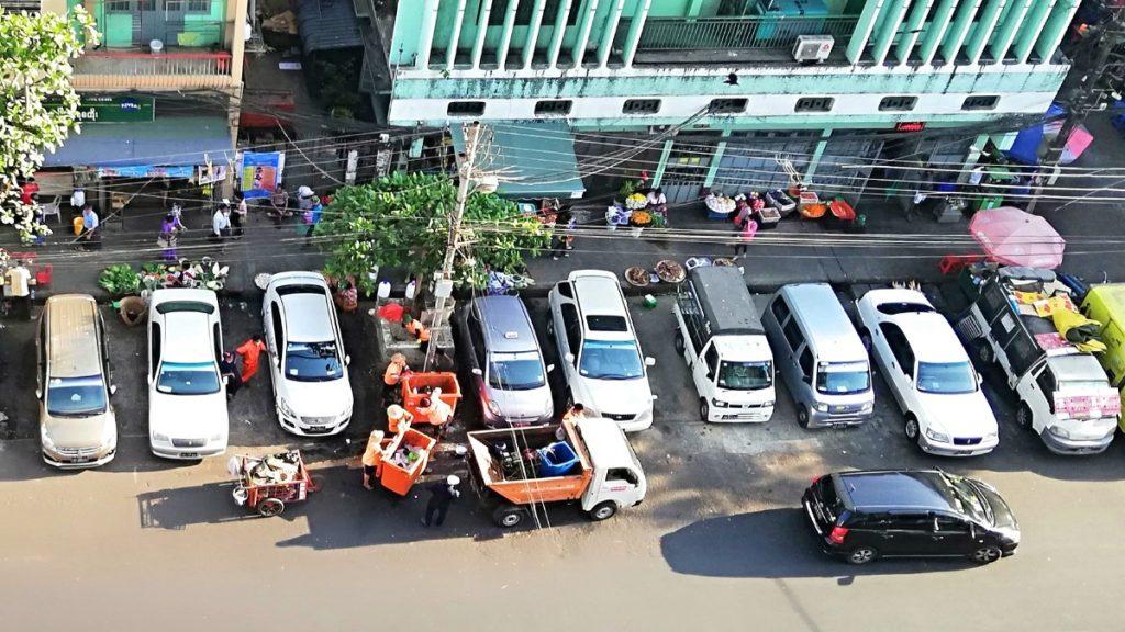 Die Yangoner Stadtreinigung begannen, die Abfalltonnen nach jeder Leerung mit Seifenlauge zu desinfizieren