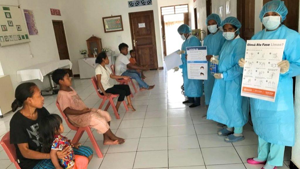 Aufklärung zu COVID-19 für Patienten im Wartesaal einer kleinen Klinik in Triloka, Baucau, in Timor-Leste; auch auf social distancing wird besonders Wert gelegt