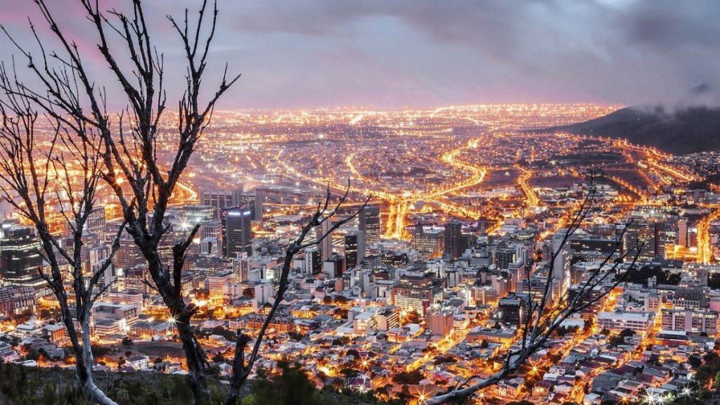 In den wohlhabenden Vierteln der Metropolen wie Kapstadt ist ein Lockdown problemlos möglich, die Bewohner dort können es sich leistensharren