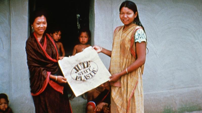 Zwei Frauen halten eine Jutetasche hoch