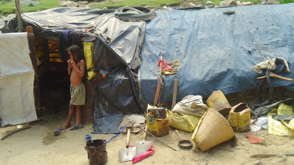 Kinder in informellen Siedlungen sind von der Verletzung des Rechts auf Wohnung im Lockdown besonders stark betroffen