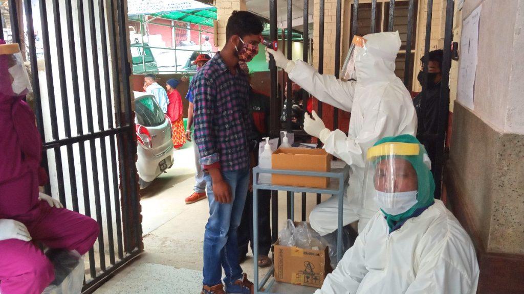 Fiebermessung bei Patientinnen und Patienten in einer Gesundheitsstation der United Mission to Nepal
