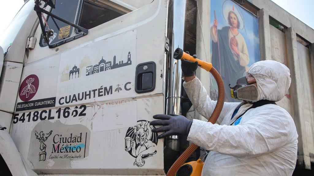 Teil der Hygienemaßnahmen in Mexiko sind auch Desinfektionen öffentlicher Einrichtungen und städtischer Betriebe wie etwa der Müllentsorgung von Mexiko-Stadt