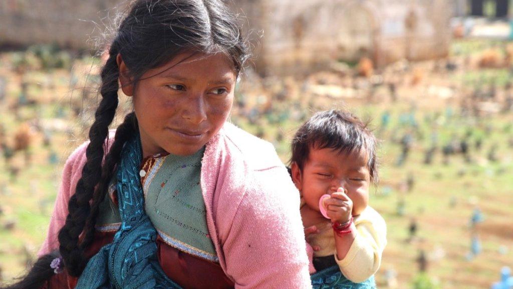 """Mutter mit Baby auf dem Rücken: """"In Guatemala ist das Problem der chronischen Unterernährung auch ohne Corona sehr ernst – vor allem bei Kindern."""""""