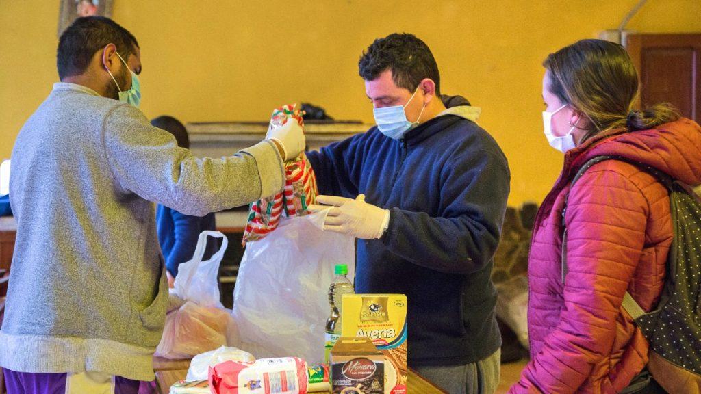 Nach Messung der Körpertemperatur können die Geflüchteten mit Mundschutz und Handschuhen die Räumlichkeiten des Casa del Migrante betreten.