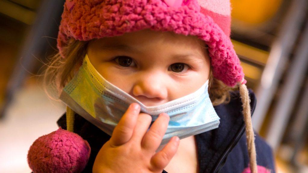 Heute gibt es im Casa del Migrante ein Festessen! Neugierig schaut die kleine Anybel Sofia über ihren Mundschutz