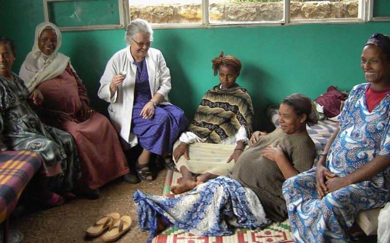Schwangere Frauen sitzen nebeneinander in einem Raum
