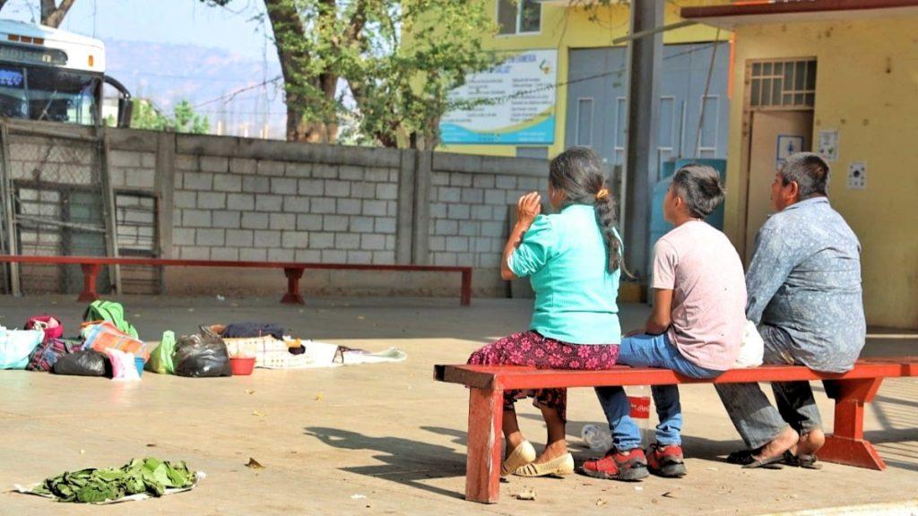 Warten auf die Überlandbusse: Trotz der Gesundheitsrisiken verlassen die Menschen für Gelegenheitsarbeiten ihre Gemeinden