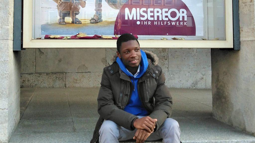 """Lawrent, 26 Jahre, ist als Freiwilliger aus Malawi mit dem """"weltwärts""""-Programm nach Deutschland gekommen und ist als Volunteer bei der Caritas in Köln"""