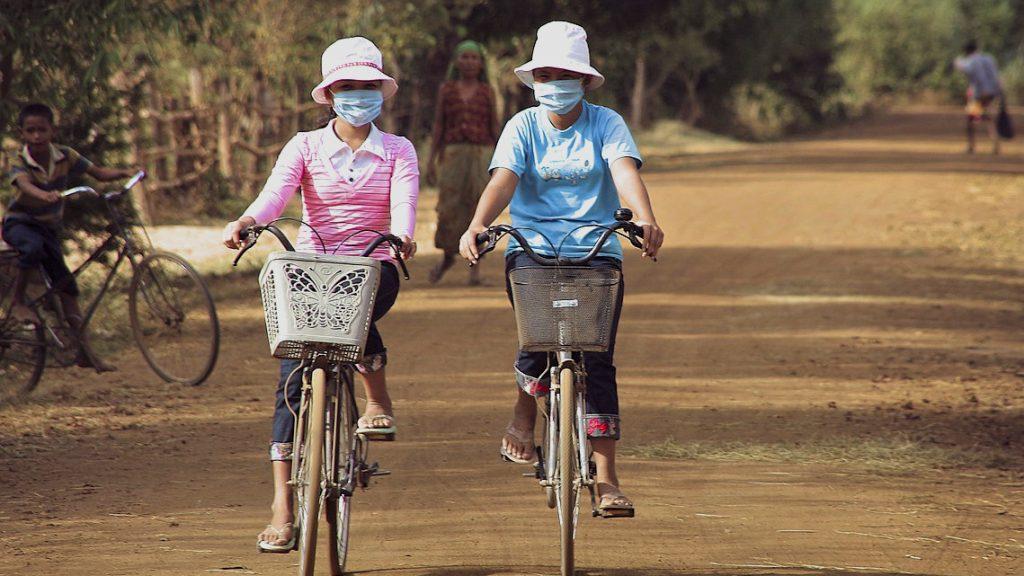 Die Krise wird in einigen Ländern, wie auch in Kambodscha, politisch genutzt, um Einschränkungen wie zeitlich unbegrenzte Ausnahmezustände und Notmaßnahmen auszurufen