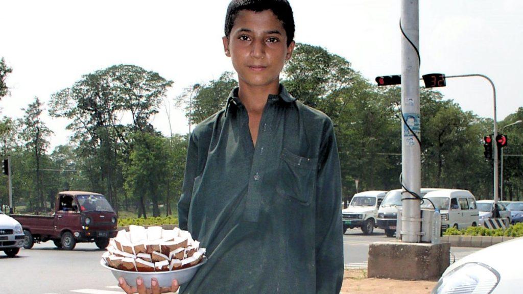 Straßenverkäufer in Rāwalpindi/Pakistan ohne Schutzmaske