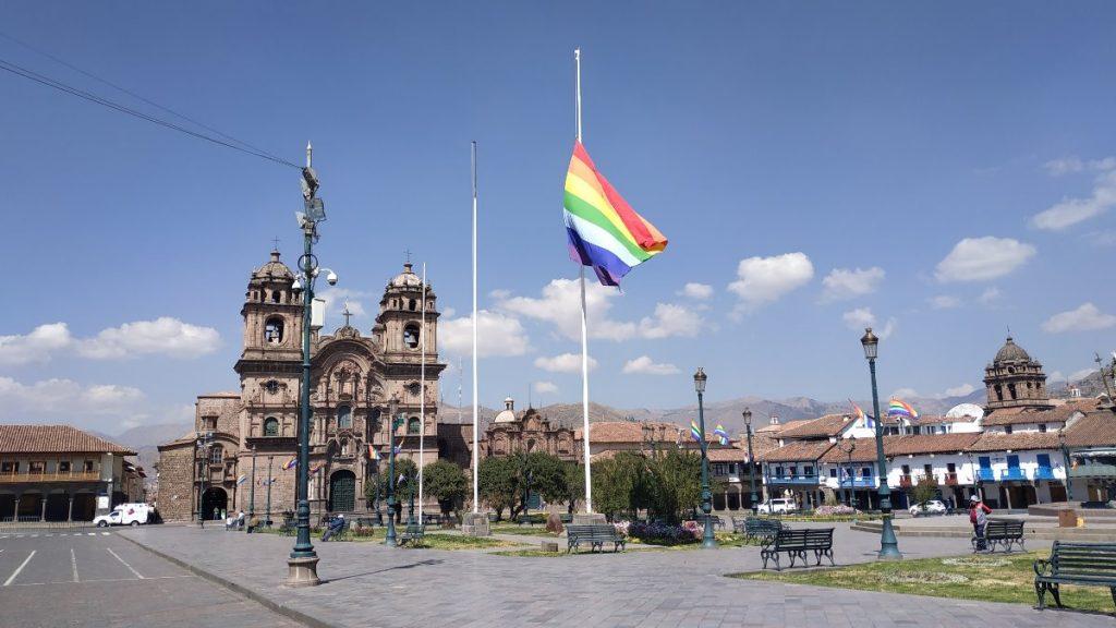 Die Flagge Cuscos auf Halbmast