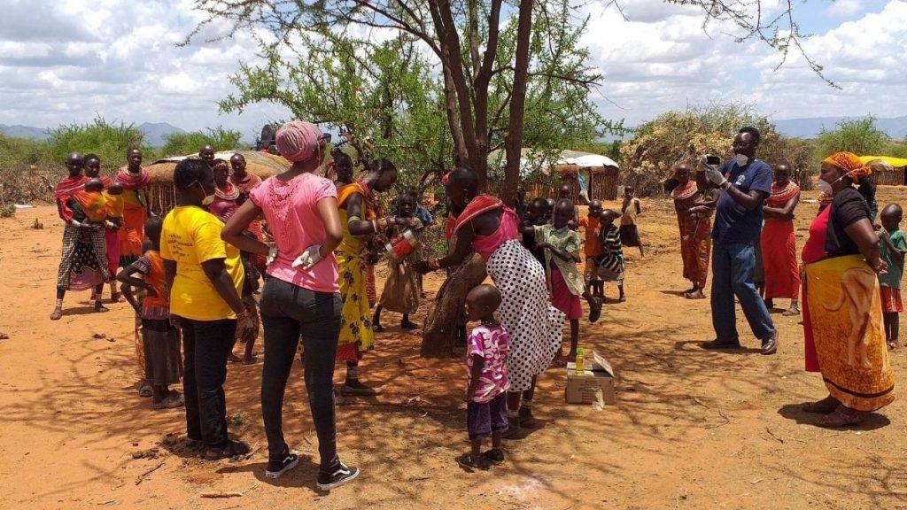 Menschen in Kenia waschen sich die Hände