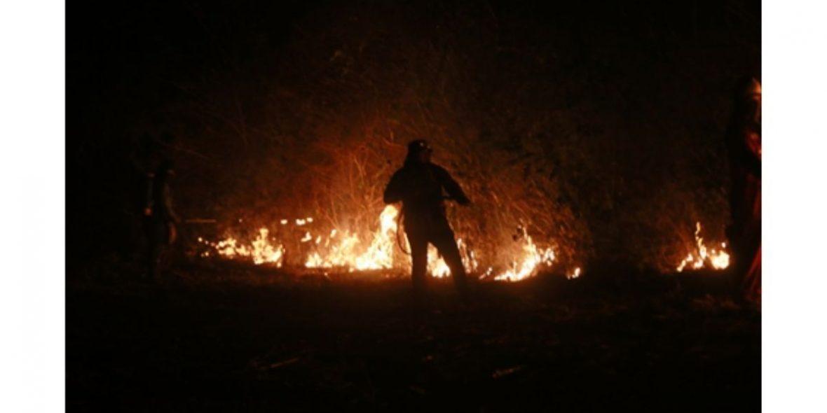 Ein Mann löscht ein Feuer.