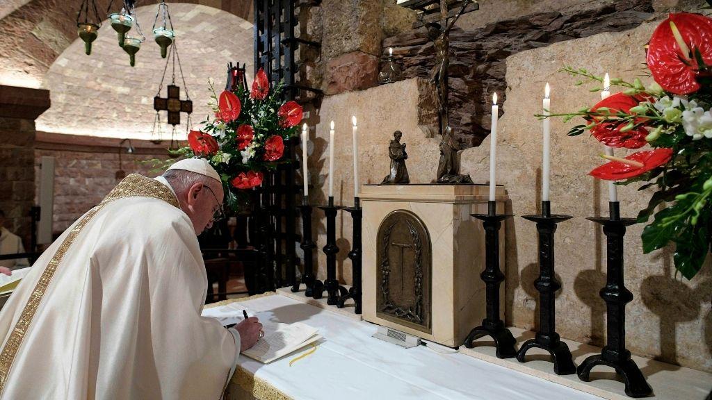 Papst Franziskus an einem Altar