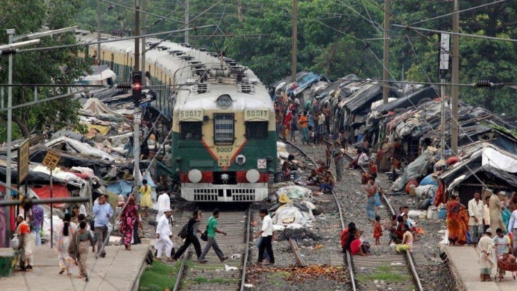 Menschen leben auf Gleisen