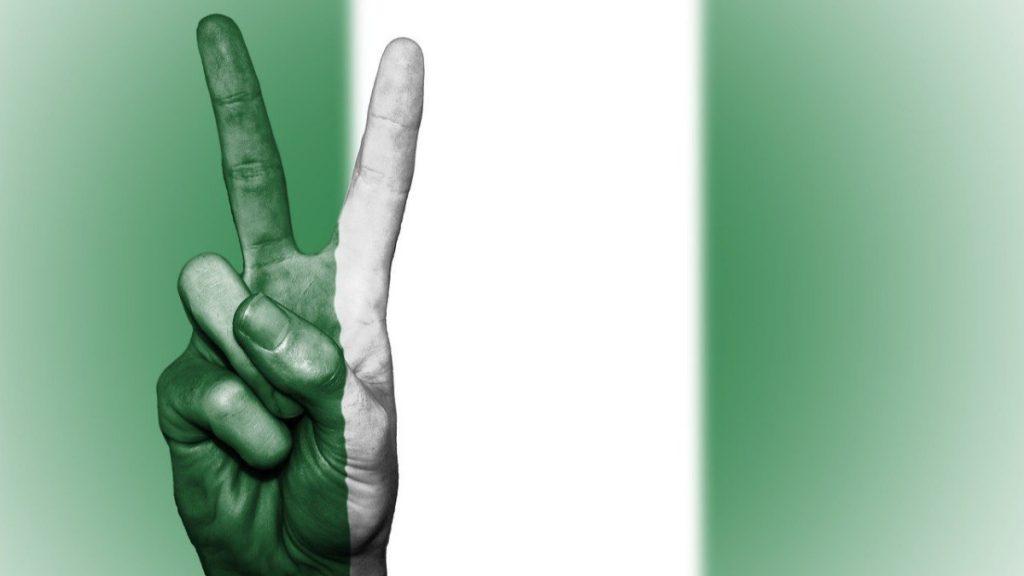 Friedenszeichen vor Nigeria Flagge
