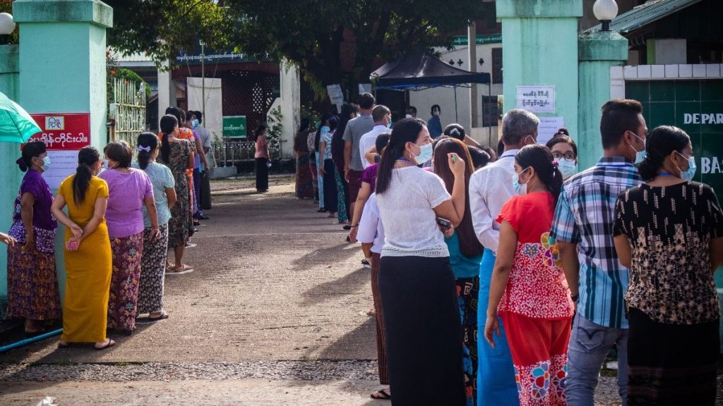 Anstehen vor dem Wahllokal in Myanmar 2020