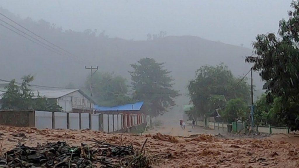 Zerstörte Straße nach einer Naturkatastrophe