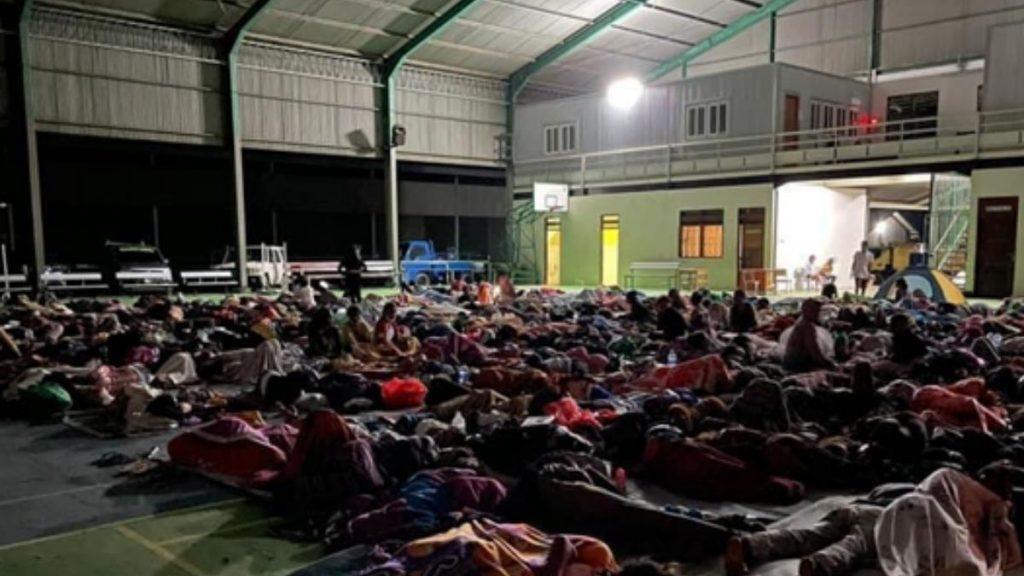 Menschen übernachten in einer Turnhalle